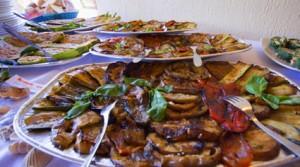 Gegrilltes Gemüse, gefüllte Zucchini Frischkäseröllchen...ein gelungener Menueauftakt